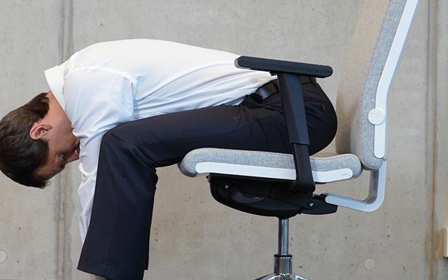 Beneficios del Yoga y la postura con la espalda hacia adelante